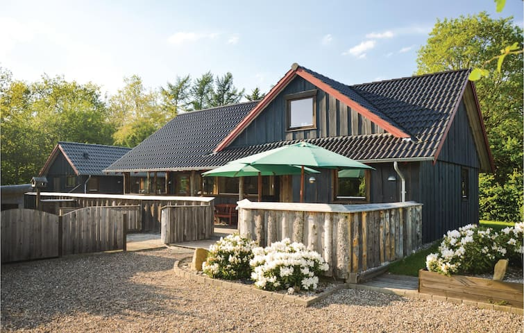 Holiday cottage with 2 bedrooms on 92m² in Hovborg