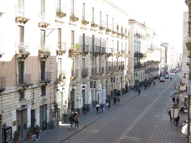 Via Etnea vista dal balcone