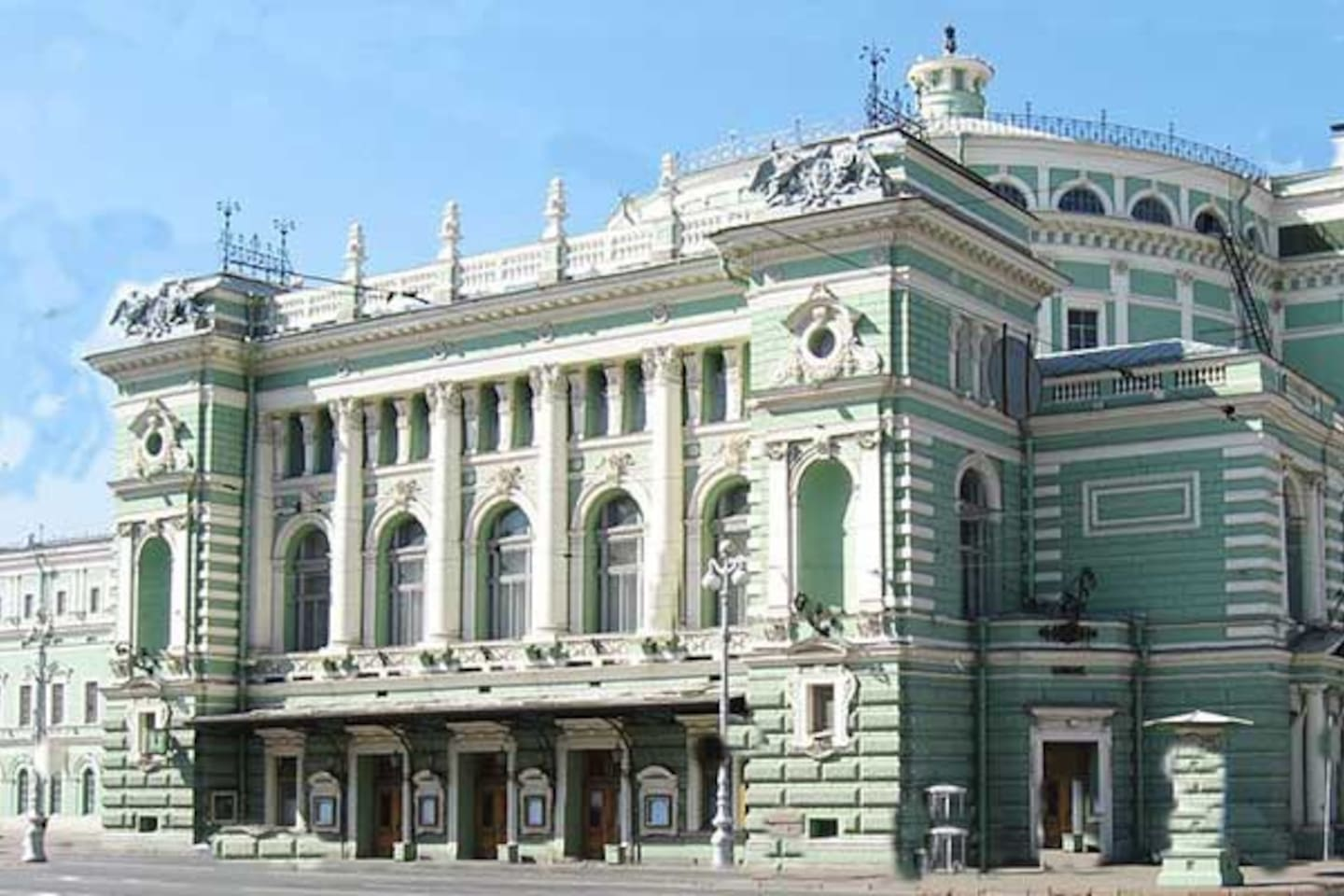 Mariinsky Theater in 3 minutes walk along the embankment of the Griboedov Canal from the apartment