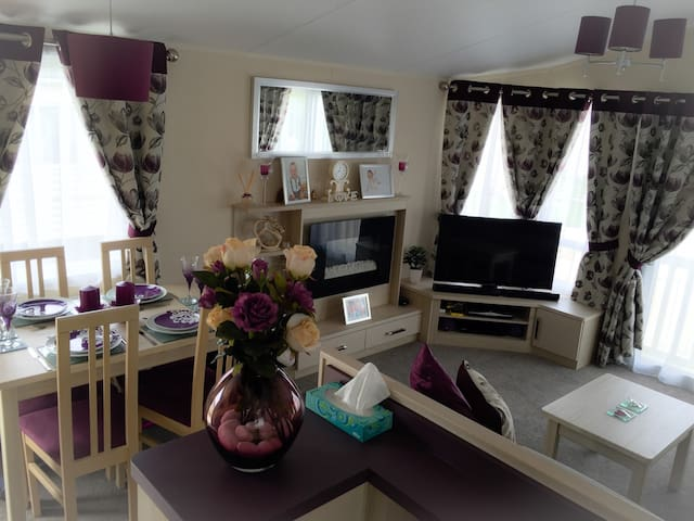 Beautiful 2BD Caravan Sleeps 4-6 - Hayling Island