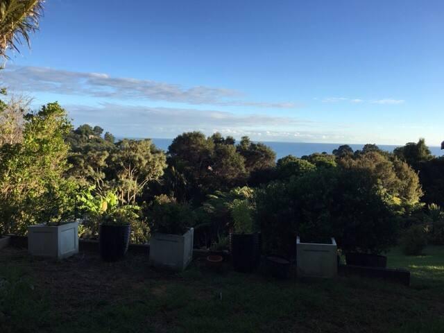Onetangi getaway: clean, modern, with views