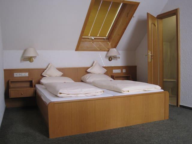 Parkhotel Waldeck, (Titisee-Neustadt), Suite mit DU/WC oder Bad/WC und Balkon
