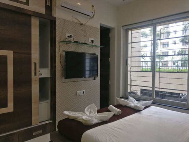 Pvt room- service apt - TCS & Viviana, Thane West
