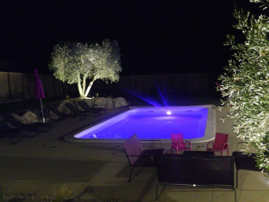 Les Mégarines 2 extérieur piscine de nuit