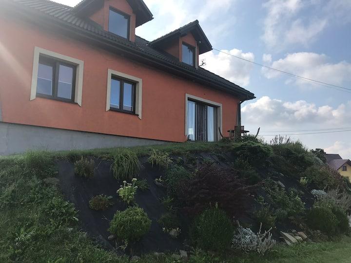 Przytulny dom z ogródkiem i tarasem z widokami