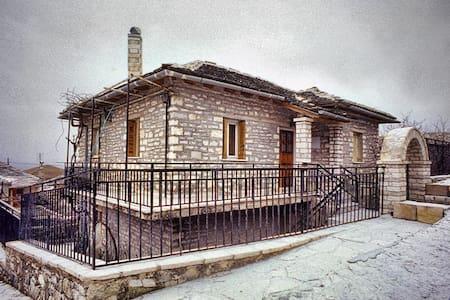 Πέτρινο παραδοσιακό σπίτι  Ζαγόρι - Elafotopos - Huis