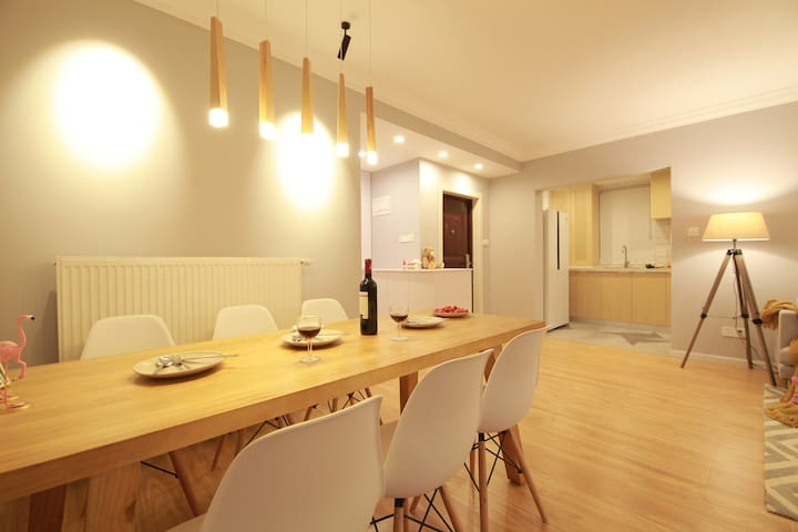 实木餐桌和美丽的吊灯