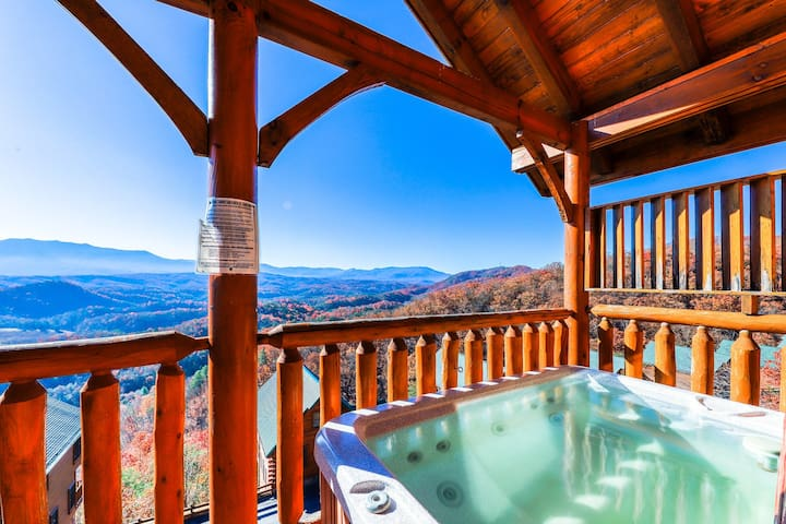 Log cabin w/mountain views, shared pool, & private hot tub! Resort amenities!