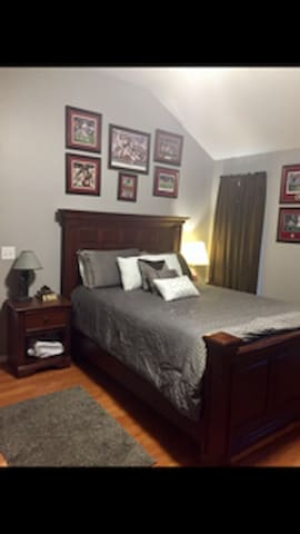 Master Suite less than 10 miles from Campus