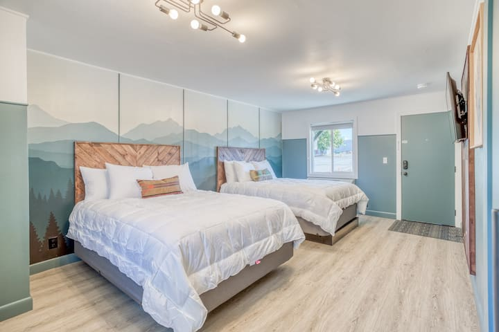 Updated, Immaculate Motel Near 1st Street Rapids Featuring 2 Queen Beds with Stylish Detail!