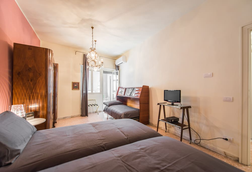 Triple bedroom with 1 double bed + 1 single or 3 single beds