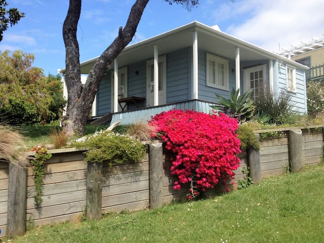 The Miners Cottage - Close to Beach + Bay views
