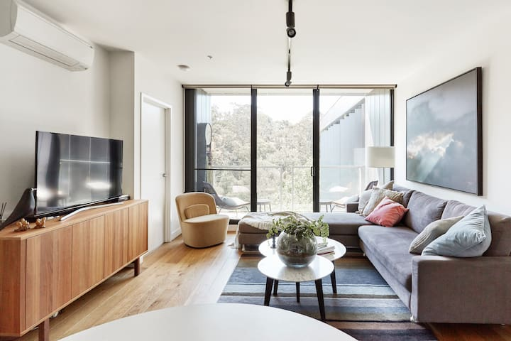 Yarra River views from Luxurious Apartment
