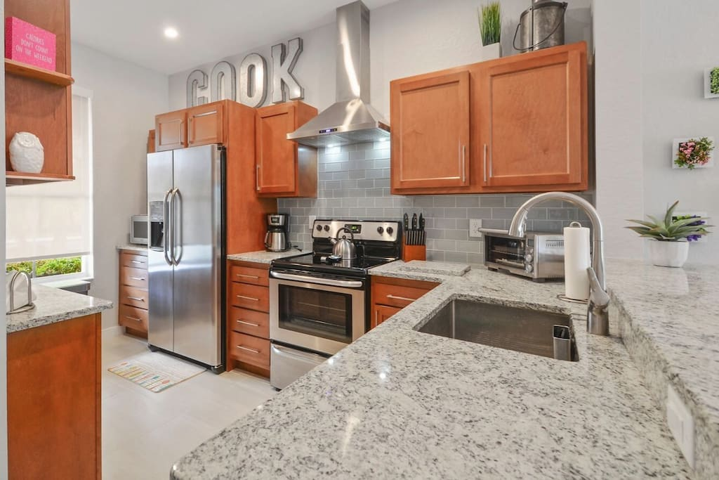 Fully Equipped Kitchen w/ Granite Counters & Stainless Steel Appliances