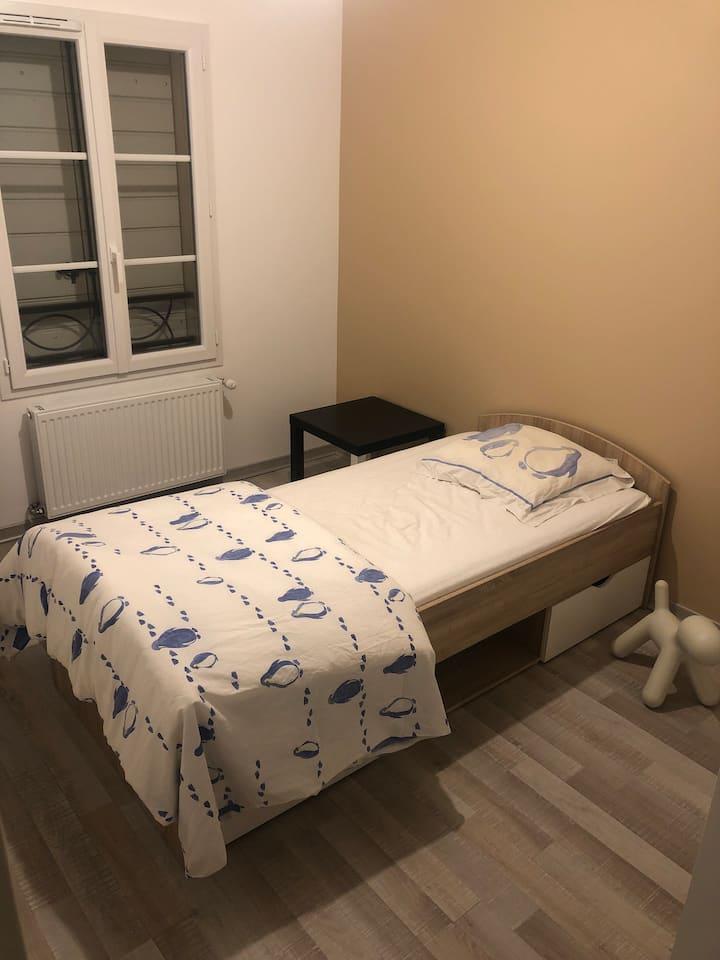 Chambre simple dans maison de standing