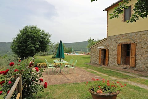 Tuscan house within walking distance to a village