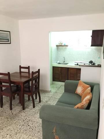 Otra vista de la sala comedor y la cocina