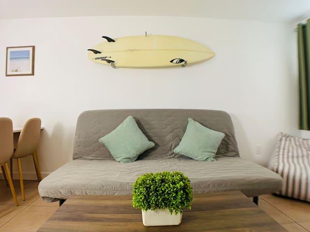 Beachy+Smart Suite w/ parking 9min  to beach & FLL