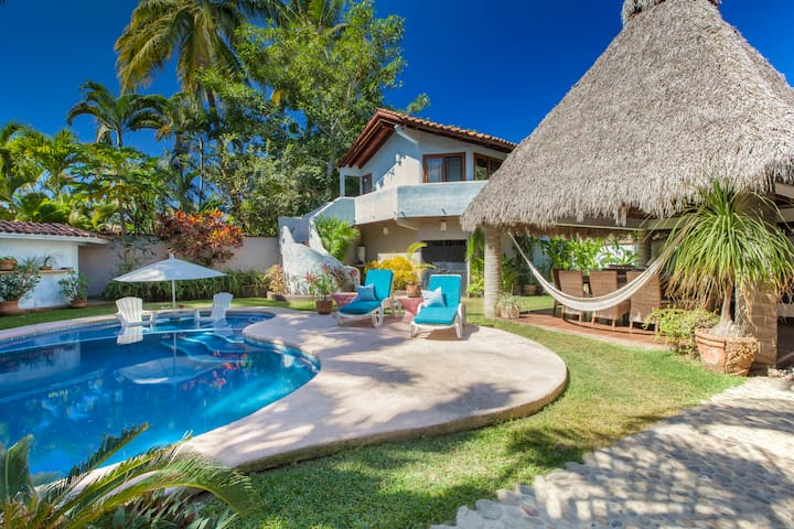 Chic 4-bedroom w/pool, beach close. - Sayulita - Villa