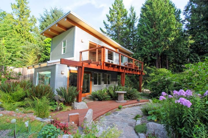 Creek Carriage House by the Salish Sea