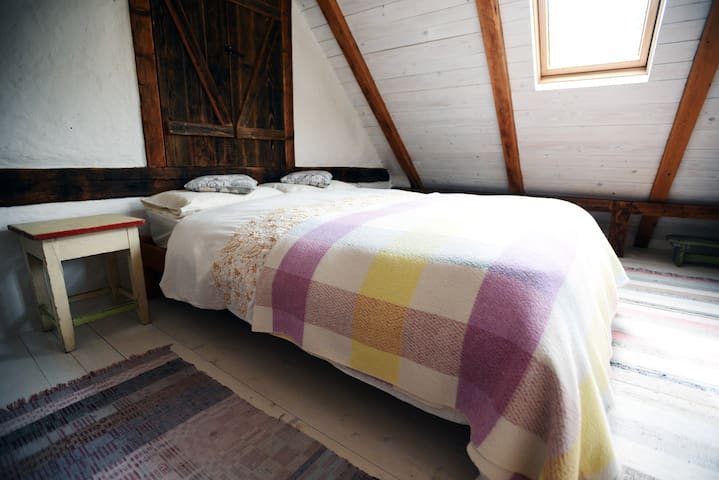 Cosy cottage bedroom with a balcony - Krupina - Bed & Breakfast