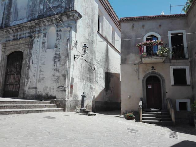 Sulla piazzetta nel centro storico di Camerota