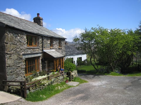 Comfy rural cottage - late departures available