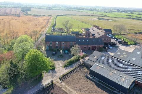 Samotna wiejska ucieczka w dużej przebudowanej stodole