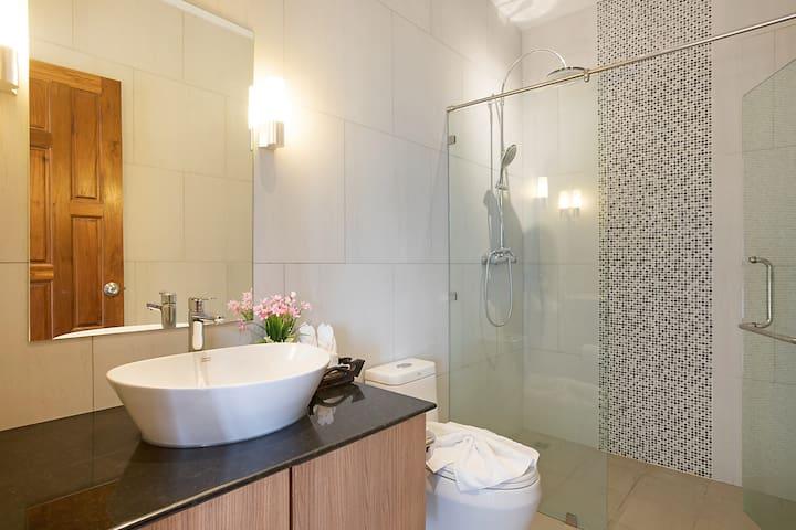 Suite 5 Bathroom