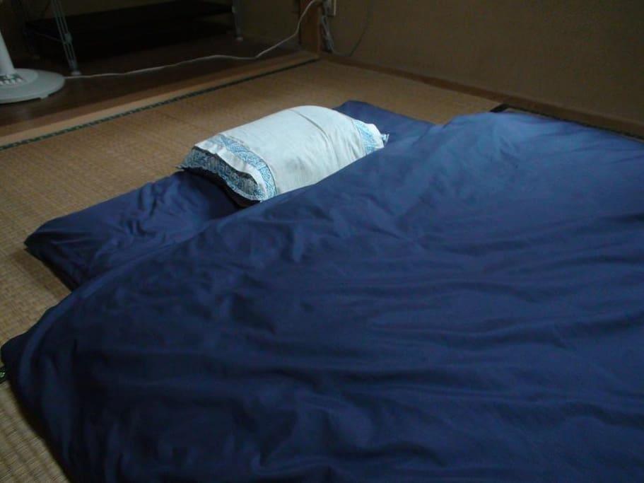 和室の寝具例 전통화실 침구례 Traditional tatami room; you will sleep on mattress on straw floor.
