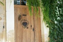 La porte imposante orné d'un cœur de bienvenu