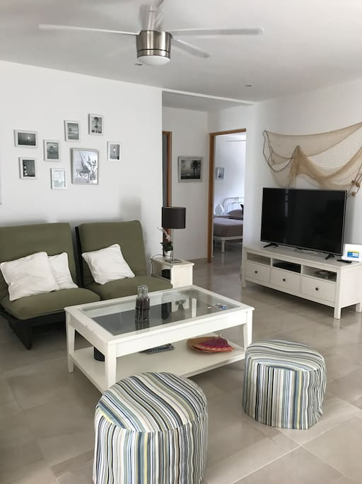 Sala con sofas y Smart TV de 55', reproductor de DVD, TV cable y WiFi. LivingRoom with sofas and 55 'Smart TV, DVD player, cable TV and WiFi