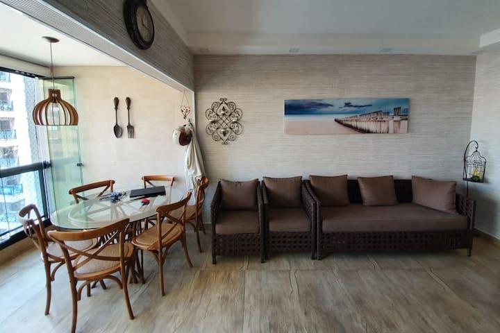 Lindo Flat com Varanda Gourmet a 1 quadra do mar!