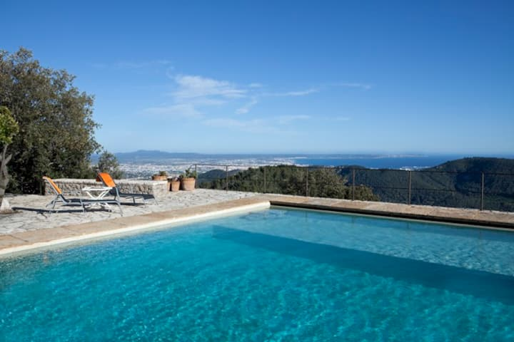 Villa with amazing views in a peaceful location