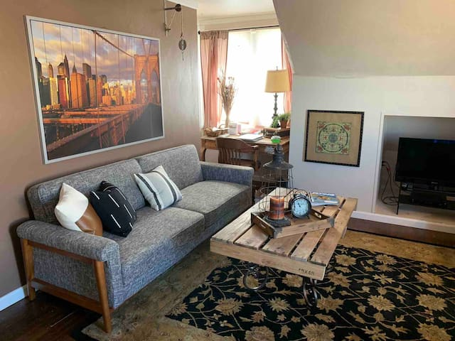 """The Loft"" in Downtown Burley sleeps 2+"