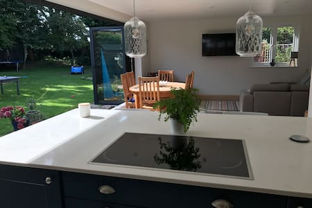 Cheltenham Cotswolds modern 4 bed house w garden