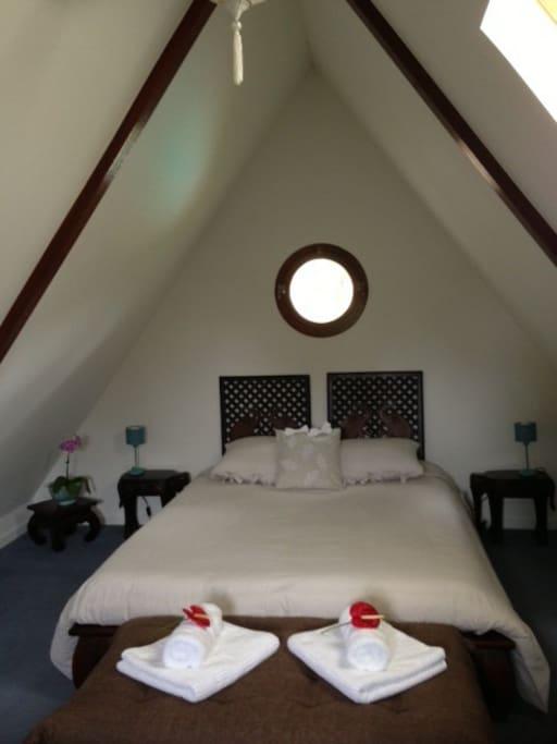Chambre spacieuse à l'étage
