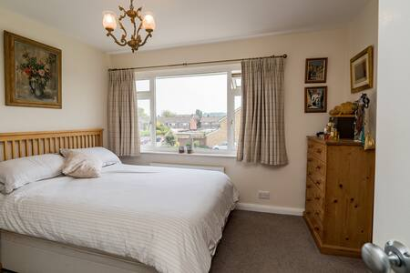 Central Marlow - double room with en-suite shower.
