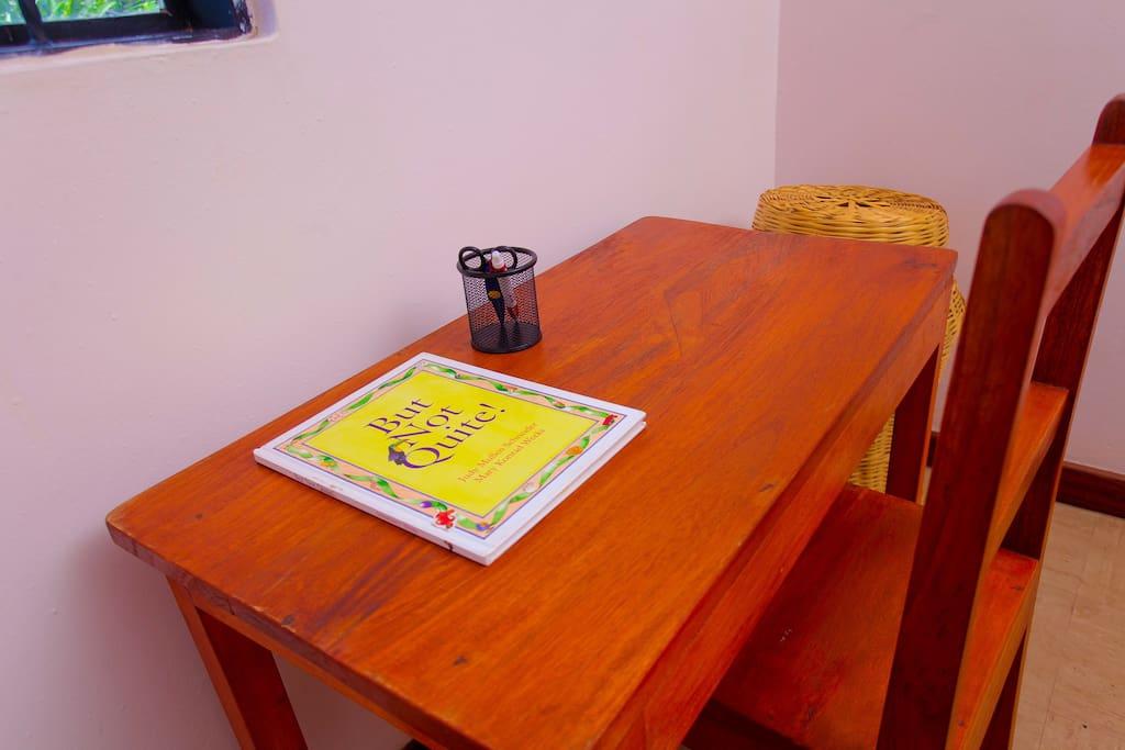 Courtesy room desk for guests