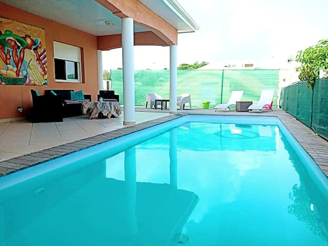 Autre côté de la piscine accessible de 9h00 à 19h00 /The other side of the swimming pool open from  9h00 am to 7 pm