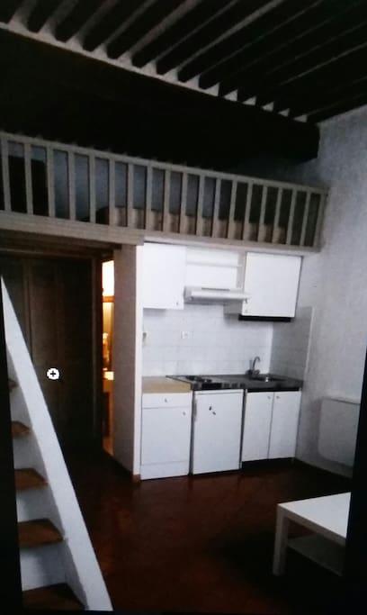 la kitchenette. .. 2 plaques électriques.  un petit réfrigérateur