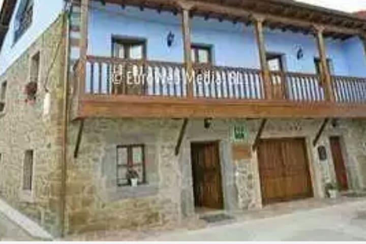 Casona asturiana con vistas a la sierra del aramo
