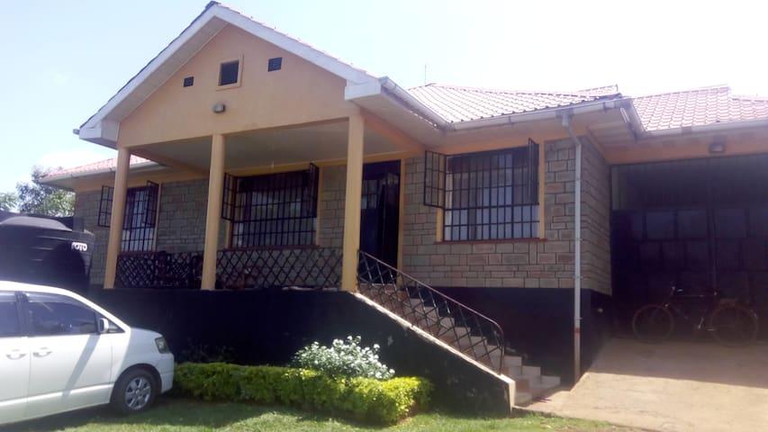 MAURICE ONYANGO: KAYIEYE- SIAYA HOME WITH A VIEW