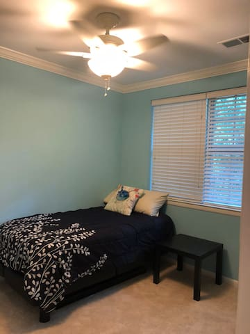 Room in Shirlington townhouse