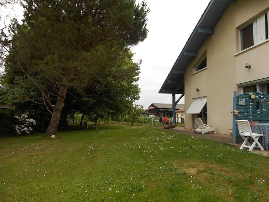 vue extérieure, la chambre est à l'étage (volet blanc) jardin et terrasse couverte à votre disposition.