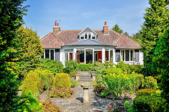 Luxury house in an acre of gardens 15 mins to York