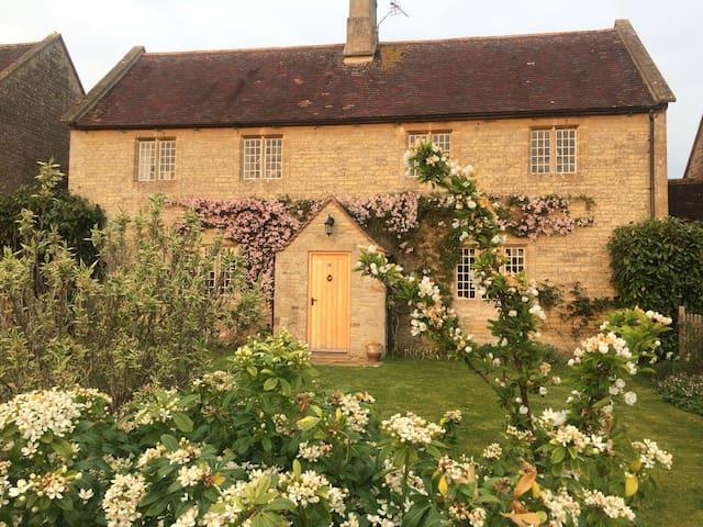 Cotswold cottage in idyllic village near Bibury