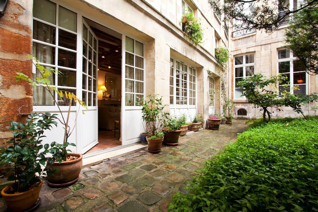 L'entrée de notre duplex dans la cour-jardin d'un hôtel particulier du XVIIe S