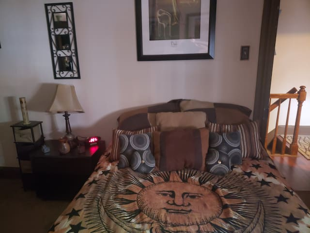 Comfy private room in NE downtown Lancaster