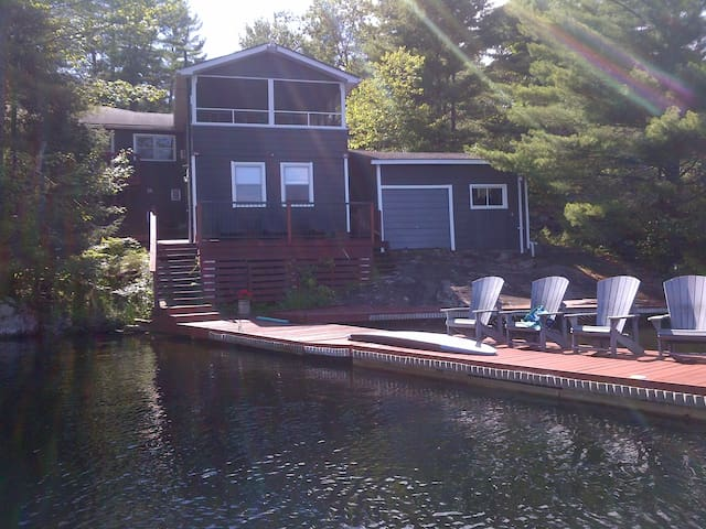 Six Mile Lake Cottage on Waterfront - Port Severn - Houten huisje